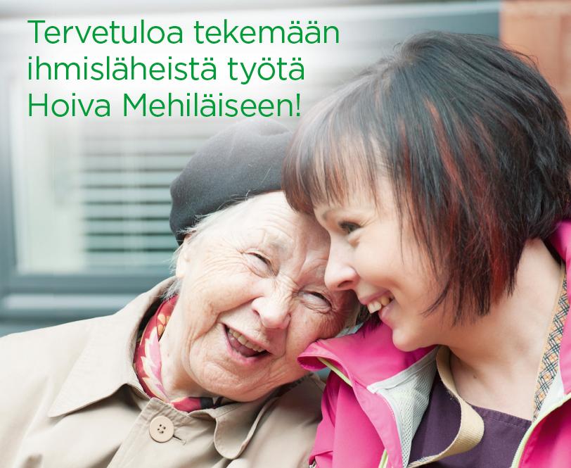 Hymyilevä vanha nainen halaa iloista hoitajaa.
